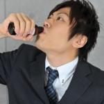 サプリメントを飲む男性