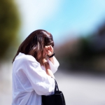 首コリの症状で悩む女性