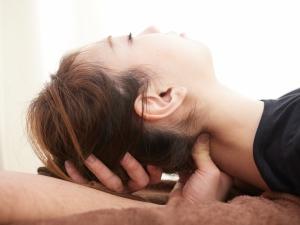 頭痛と首こりには密接な関係があります