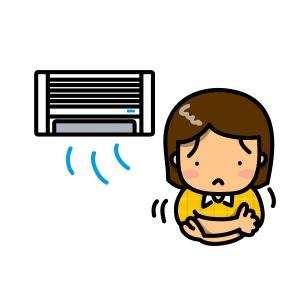 冷房が効きすぎて寒がる女性